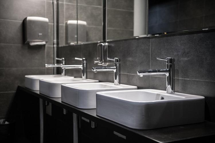 umywalki w toalecie publicznej