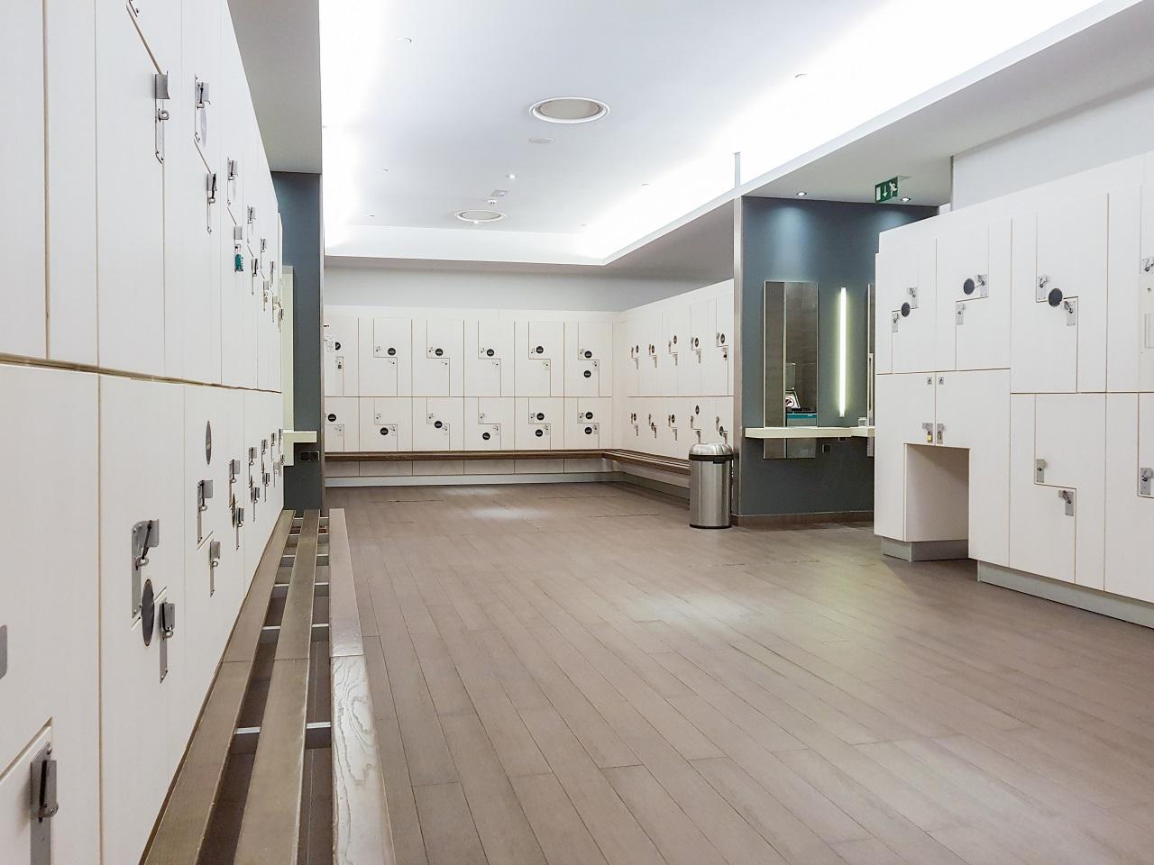 szafki basenowe na kluczyk czy zamek elektryczny